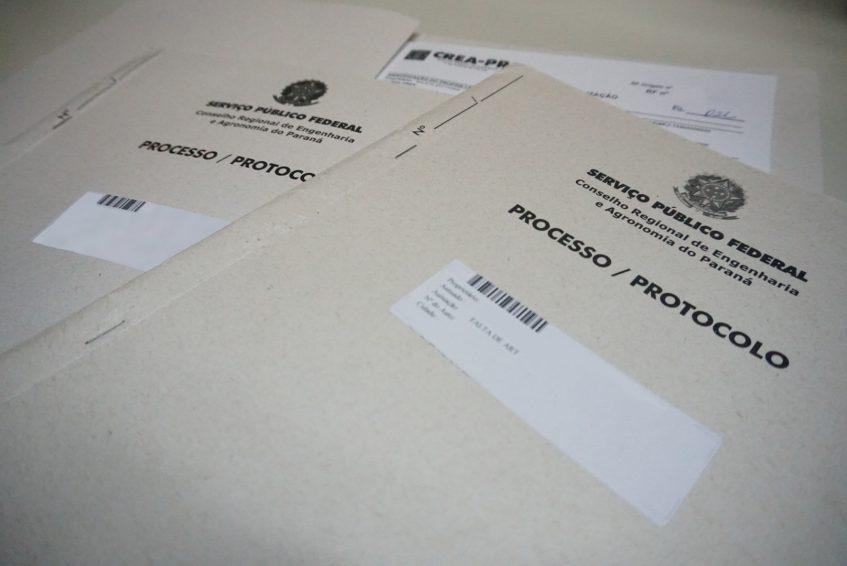 Protocolos em cima de uma mesa.